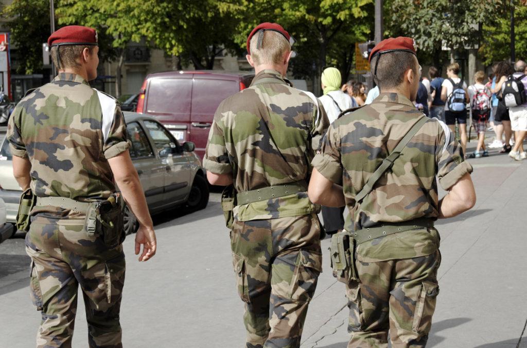 administrations-militaires-qui-securisent-une-rue